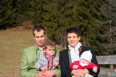 Die Biobauern Georg und Andrea Weiß mit ihren Kindern