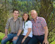 Die Familie Fasching bearbeitet den Bio-Ratoinighof