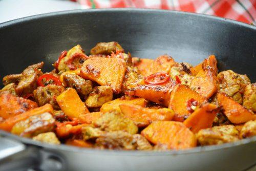 Gebratenes Schweinefleisch mit Süßkartoffel