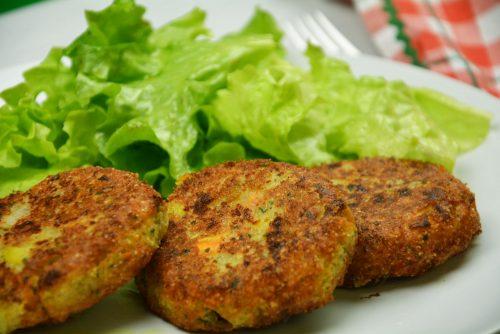 Topfenlaibchen mit Salat