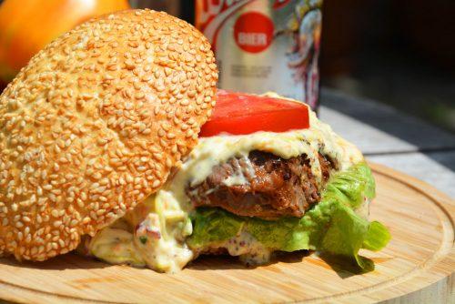Steak-Burger mit amerikanischem Krautsalat