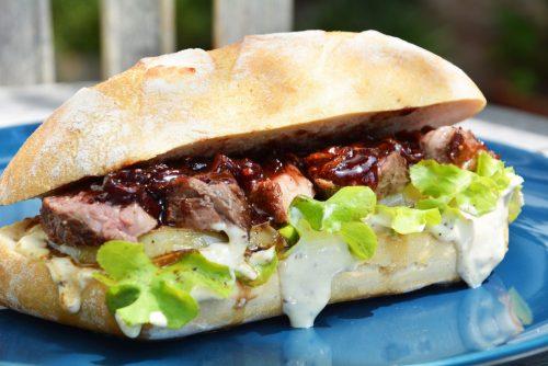 Steak-Baguette mit geschmorten Portwein-Zwiebeln