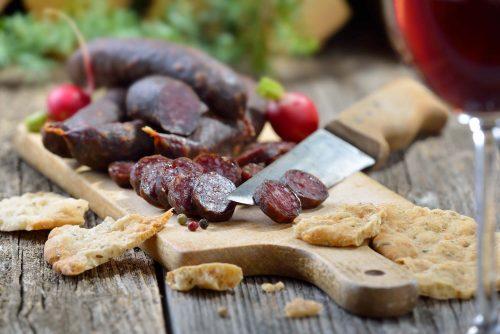 Hartwürstel aus feinem Fleisch vom Duroc oder Mangalitza Schwein Symbolfoto: Adobe Stock