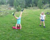 Hemma und Anika beim Spielen auf der Alm
