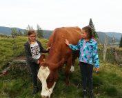 Hemma und Anika leben und lieben schon in ihren Kindheitstagen den achtsamen Umgang mit der Natur und den Tieren.