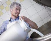 Gundolf Natmessnig bei der Milchverarbeitung