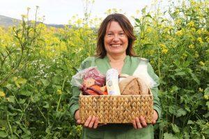 Claudia Hölbling mit Lebensmitteln heimischer Bauern