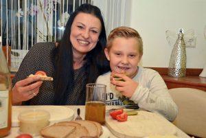 Astrid Lippe mit Sohn Elias vom Bauernhof Lippe