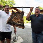 Mario Grosser und Lorenz Graf mit Speck vom Mangalitza Schwein